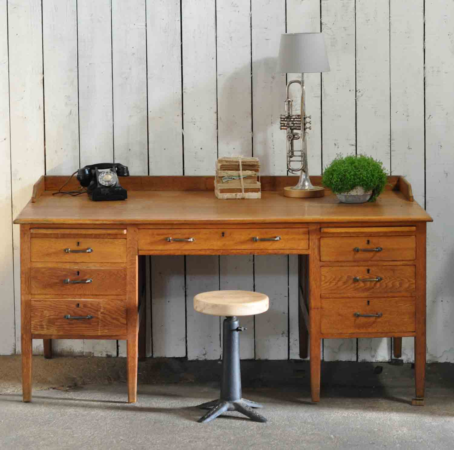 A Southern Gentleman S Home Office: 1930's Vintage Oak Gentleman's Desk And Drawers