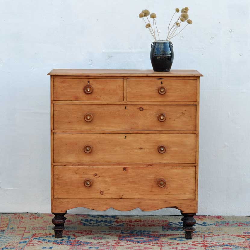 Victorian chest of drawers with turned legs
